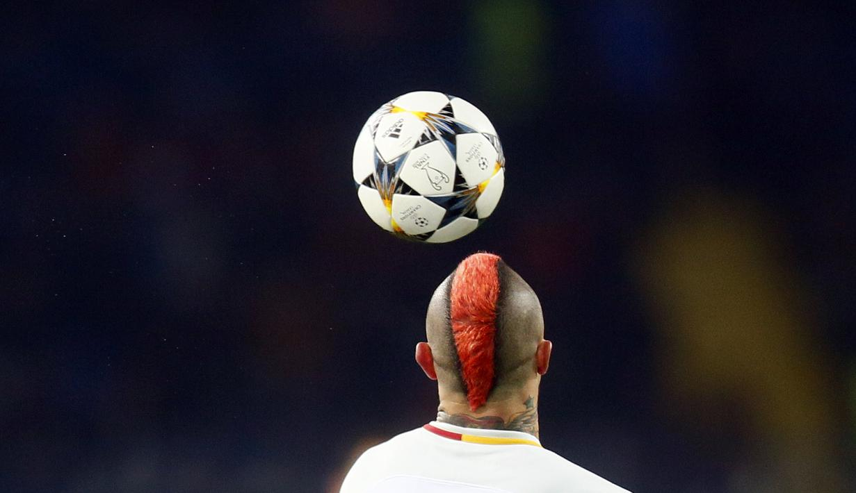 Pemain AS Roma, Radja Nainggolan melakukan kontrol bola saat melawan Shakhtar Donetsk pada laga 16 besar Liga Champions di Metalist Stadium, Kharkiv, Ukraina, (21/2/2018). Shaktar menang 2-1.  (AP/Efrem Lukatsky)