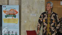 Gubernur Jawa Tengah Ganjar Pranowo berjalan keluar Gedung KPK usai menjalani pemeriksaan, Jakarta, Rabu (7/12). Ganjar dimintai keterangan sebagai saksi terkait kasus dugaan korupsi pengadaan e-KTP 2011-2012. (Liputan6.com/Helmi Afandi)