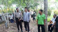 Korban serangan tawon di Pemalang, Suwaryo, dimakamkan. (Foto: Liputan6.com/Muhamad Ridlo)