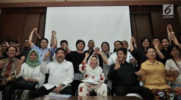 Istri Presiden Indonesia keempat Abdurrahman Wahid, Sinta Nuriyah bersama tokoh lintas iman, lintas profesi, dan perwakilan LSM saat menyatakan sikap terkait tragedi bom Surabaya dan Sidoarjo, di Jakarta, Selasa (15/5). (Merdeka.com/Iqbal S Nugroho)