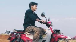 Sebelum acara di Tanjung Pinang pun, Bisma ternyata pernah kendarai sepeda motor klasik. Yaitu sepeda motor bebek Jepang yang kini telah jadi motor klasik yang disukai anak muda. (Liputan6.com/IG/@sibisma)