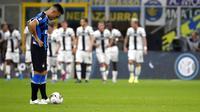 Striker Inter Milan, Lautaro Martinez, tampak lesu usai ditahan imbang Parma pada laga Serie A 2019 di Stadion Giuseppe Meazza, Sabtu (26/10). Kedua tim bermain imbang 2-2. (AP/Antonio Calanni)