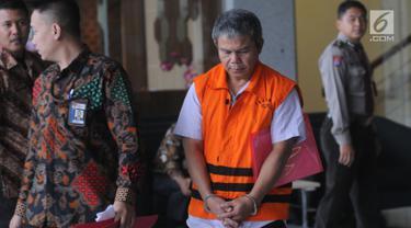 Supervisor KPP Pratama Ambon, Sulimin Ratmin seusai menjalani pemeriksaan di Gedung KPK, Jakarta, Jumat (18/1). Sulimin diperiksa sebagai tersangka untuk melengkapi berkas kasus suap terkait pengurangan kewajiban pajak pribadi. (Merdeka.com/Dwi Narwoko)