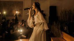 Penyanyi kelahiran 28 Mei 2000 ini kerap tampil feminim tidak hanya dalam kesehariannya, namun juga saat ia bernyanyi di atas panggung. (Liputan6.com/IG/@cakecaine)