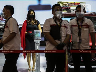 Sales Promotion Girl berdiri dekat mobil yang dipamerkan di Indonesia International Motor Show (IIMS) Hybrid 2021, JiExpo Kemayoran, Jakarta, Kamis (16/4/2021). Pameran otomotif IIMS Hybrid 2021 berlangsung pada 15-25 April. (Liputan6.com/Johan Tallo)