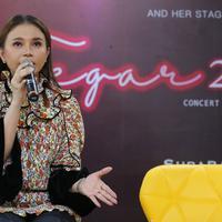 Rossa pilih Nagita Slavina sebagai salah satu tamu di konser tunggalnya. (Adrian Putra/Fimela.com)