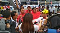 Pebalap Astra Honda Racing Team, Gerry Salim, melakukan wawancara usai ARRC 2017 di Sirkuit Buriram, Thailand, Sabtu (2/12/2017). Gerry Salim menjadi rider Indonesia pertama yang menjuarai ARRC kelas Asia Production 250. (Bola.com/Muhammad Wirawan)