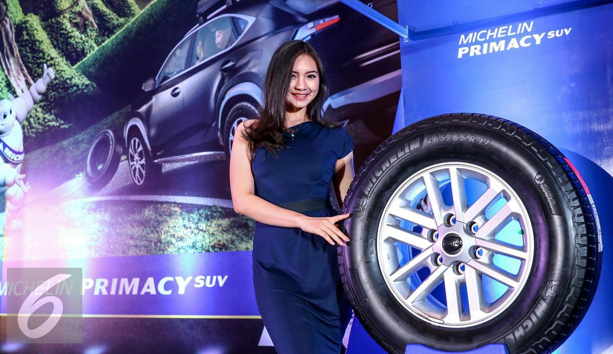 Seorang SPG berpose saat peluncuran ban Michelin Primacy SUV di Kemayoran, Jakarta, Senin (1/2/2016). Michelin Indonesia hadirkan ban yang aman untuk pengguna SUV di Indonesia. (Liputan6.com/Yoppy Renato)