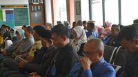 Para warga berperkara didamping pengacaranya,tengah menunggu giliran sidang di Pengadila Agama Garut Jawa Barat (Liputan6.com/Jayadi Supriadin)