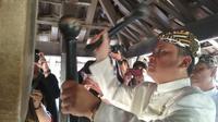 Sultan Keraton Kasepuhan Cirebon menabuh bedug bertalu-talu dalam Tradisi Dlugdag menjelang Ramadan. Foto (Liputan6.com / Panji Prayitno)