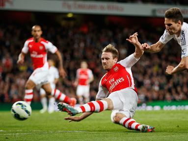 Duel panas terjadi di laga Liga Premier Inggris antara Arsenal dengan Swansea City di Emirates Stadium, Selasa (12/5/2015). Swansea City menang 1-0 atas Arsenal. (Reuters/Andrew Couldridge)
