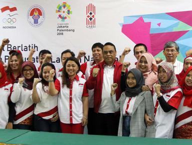 Chief de Mission (CdM) Asian Games 2018 Komjen Pol Syafruddin foto bersama saat mengunjungi pelatnas cabor Bridge di Wisma PKBI, Jakarta, Rabu (25/4). Kunjungan tersebut untuk memantau persiapan jelang laga Asian Games 2018. (Liputan6.com/Arya Manggala)