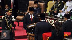 Presiden Joko Widodo saat menyerahkan laporan RAPBN dan Nota Keuangan kepada ketua DPR Ade Komarudin dan Ketua DPD Irman Gusman di Jakarta, (14/8). Pemerintah memproyeksikan pertumbuhan ekonomi nasional pada 2017 sebesar 5,3%.(Liputan6.com/Johan Tallo)