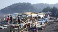 Pantai Widarapayung, Cilacap porakporanda dihantam gelombang tinggi laut selatan. (Foto: Liputan6.com/BPBD Cilacap/Muhamad Ridlo)