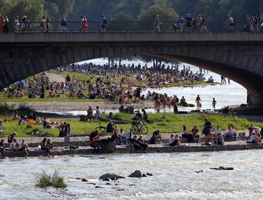 Ribuan Orang Nikmati Cuaca Panas di Sungai Isar Jerman