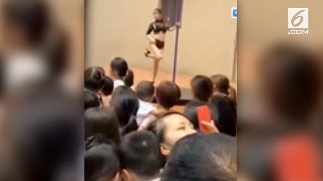 Beredar video di media sosial, sebuah TK di China disuguhkan Pole Dance saat penyambutan murid baru.