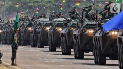 Prajurit TNI menaiki panser saat parade alutsista pada perayaan HUT ke-74 TNI di Lanud Halim Perdanakusuma, Jakarta Timur, Sabtu (5/10/2019). Perayaan HUT ke-74 TNI bertemakan 'TNI Profesional Kebanggaan Rakyat'. (Liputan6.com/JohanTallo)
