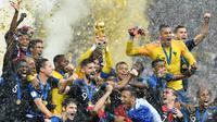 Kiper timnas Prancis, Hugo Lloris mengangkat trofi Piala Dunia 2018 saat merayakan gelar juara setelah mengalahkan Kroasia pada  laga final di Luzhniki Stadium, Minggu (15/7). Prancis membekuk Kroasia dengan skor akhir 4-2. (AP Photo/Martin Meissner)