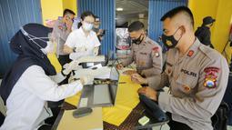 Urutan tes dilakukan secara acak mulai pukul 10.00. Panpel, keamanan, hingga media. Siapa yang datang lebih awal langsung dihadapkan ke meja registrasi dan menjalani swab antigen. (Bola.com/Arief Bagus Prasetiyo)