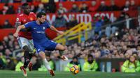 Pemain Chelsea, Danny Drinkwater McTominay berebut bola dengan pemain Manchester United, Paul Pogba pada laga pekan ke-28 Premier League, di Old Trafford, Minggu (25/2). Manchester United menundukan tamunya Chelsea 2-1. (AP/Rui Vieira)