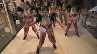 Para peserta sedang mementaskan tari dalam kegiatan Indonesia Menari 2019 di The Park Mall Solo Baru, Minggu (17/11).(Liputan6.com/Fajar Abrori)