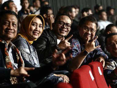 Menteri Tenaga Kerja Hanif Dhakiri (tengah) bersama Menkominfo Rudiantara (dua kanan) dan mantan menteri perindustrian Saleh Husein (kanan) saat menyaksikan konser Slank di Jakarta, Selasa (27/2). (Liputan6.com/Faizal Fanani)