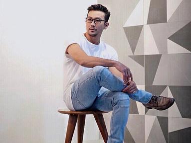 Gaya Denny Sumargo saat mengenakan kacamata mampu menarik perhatian netizen. Bahkan, meski berpakaian cukup santai tak sedikit netizen yang menganggap jika penampilan Denny Sumargo terlihat manly. (Liputan6.com/IG/@sumargodenny)