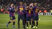 Para pemain Barcelona merayakan gol yang dicetak Lionel Messi ke gawang Valladolid pada laga La Liga di Stadion Camp Nou, Barcelona, Sabtu (16/2). Barcelona menang 1-0 atas Valladolid. (AFP/Pau Barrena)