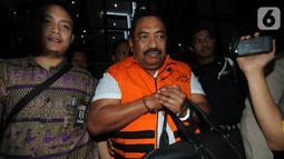 Carsa AS selaku pihak swasta penyuap Bupati Indramayu, Supendi usai menjalani pemeriksaan di Gedung KPK, Jakarta, Rabu (16/10/2019). Carsa AS resmi ditahan untuk mempermudah pemeriksaan terkait memberi suap pengaturan proyek dilingkungan Pemkab Indramayu tahun 2019. (merdeka.com/Dwi Narwoko)