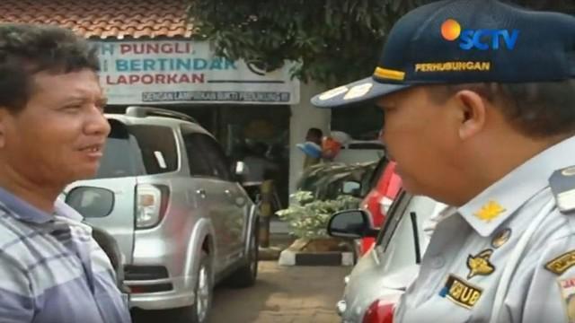 Pengendara mobil mencoba menyuap petugas Dishub Jakarta Barat dengan uang sebesar Rp 100 ribu agar mobilnya tak diderek.