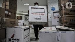 Aktivitas bongkar muat dus berisi vaksin COVID-19 produksi Sinovac saat pendistribusian ke puskesmas di Gedung Dinas Kesehatan DKI Jakarta, Rabu (13/1/2021). Dinas Kesehatan DKI Jakarta mulai mendistribusikan vaksin COVID-19 ke seluruh puskesmas di Ibu Kota. (merdeka.com/Iqbal S. Nugroho)