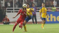 Gelandang Persija, Nugroho Fatchur Rochman (kiri) berebut bola atas dengan pemain Tampines Rovers pada penyisihan grup H Piala AFC 2018 di Stadion GBK, Jakarta, Rabu (28/2). Persija unggul 4-1. (Liputan6.com/Helmi Fithriansyah)