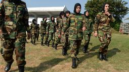 Para kadet perempuan Afghanistan berbaris selama program pelatihan di Akademi Pelatihan Perwira di Chennai, Rabu (19/12). Sembilan belas kadet tentara Afghanistan perempuan mengambil bagian dalam program pelatihan militer India. (ARUN SANKAR / AFP)