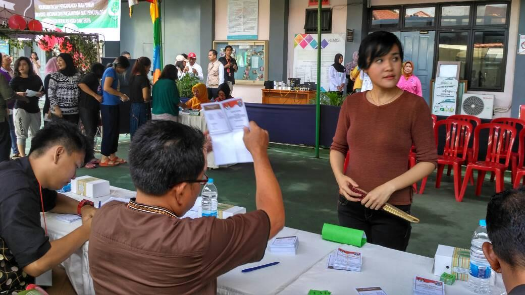 Jessica Kumala Wongso saat menggunakan hak pilihnya pada Pilkada DKI 2017 putaran kedua di Rutan Pondok Bambu. (Liputan6.com/Nanda Perdana Putra)