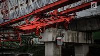 Kondisi crane pengerjaan proyek double-double track kereta api di Jatinegara yang ambruk, Jakarta, Minggu (4/2). Kejadian tersebut menyebabkan empat orang tewas. (Liputan6.com/Faizal Fanani)
