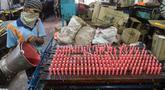 Seorang pekerja membuat lilin jelang Diwali atau Festival Cahaya di Ahmedabad, India, 25 Oktober 2021. Diwali adalah salah satu festival besar yang dirayakan oleh umat Hindu, Jain, Sikh dan beberapa umat Buddha, terutama umat Buddha Newar. (SAM PANTHAKY/AFP)