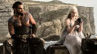 Emilia Clarke dan Jason Momoa punya cerita lucu saat harus beradegan intim dalam serial Game of Thrones.