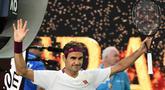 Petenis Swiss, Roger Federer merayakan kemenangannya atas Tennys Sandgren dari Amerika Serikat pada babak perempat final tunggal putra Australia Terbuka di Melbourne, Selasa (28/1/2020). Federer melaju ke semifinal usai mengalahkan Sandgren. (Manan VATSYAYANA/AFP)