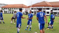 Atep bersama rekan di Persib. (Bola.com/Erwin Snaz)