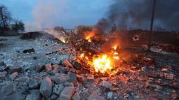 Kondisi bangkai jet tempur Sukhoi-25 milik Rusia yang hancur terbakar usai ditembak jatuh militan Suriah di provinsi Idlib (3/2). Kementerian Pertahanan Rusia mengonfirmasi, pilotnya dinyatakan tewas dalam pertempuran dengan teroris. (AFP/Omar Haj Kadour)