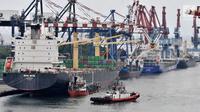 Lalu lintas kapal saat bongkar muat peti kemas di Pelabuhan.