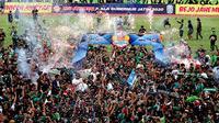 Persebaya Surabaya merayakan gelar juara Piala Gubernur Jatim 2020. (Bola.com/Aditya Wany)
