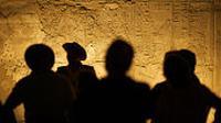 Ilustrasi arkeolog melakukan analisis pada gua. (iStockphoto)