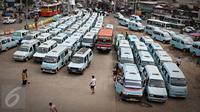 Puluhan mikrolet mengantre menunggu penumpang di Terminal Kampung Melayu, JakartaTimur, Selasa (17/11). Dinas Perhubungan DKI Jakarta menunda penerapan sanksi bagi angkutan umum yang tidak menutup pintu saat berjalan. (Liputan6.com/Immanuel Antonius)