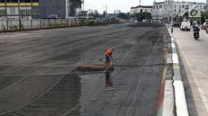 Petugas PPSU membersihkan sampah yang tertutup jaring hitam di Kali Item, Kemayoran, Jakarta, Jumat (20/7). Pemasangan jaring dilakukan untuk menutupi keruhnya air dan bau tak sedap di Kali Item. (Liputan6.com/Arya Manggala)