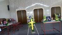Proses kremasi MG (43) dan KT (11), korban pembunuhan satu keluarga di ruang Krematorium Sampurna TPU Talang Kerikil Palembang (Liputan6.com / Nefri Inge)