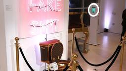 Sebuah toilet emas berlapis kulit tas Louis Vuitton dipamerkan dalam sebuah showroom di California, Los Angeles, 8 November 2017. Toilet itu dibanderol dengan harga 100.000 dollar AS atau sekitar Rp 1,3 miliar. (Joe Scarnici/Getty Images for Tradesy/AFP)