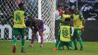 Pemain Persewar merayakan gol kemenangan atas Persik 0-2 pada laga Liga 2 2019 di Stadion Brawijaya, Kota Kediri, Minggu (14/7/2019). (Bola.com/Gatot Susetyo)