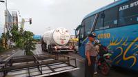 Angin puting beliung merusak puluhan rumah dan sejumlah papan reklame di Kecamatan Pangenan dan Mundu, Kabupaten Cirebon, Jawa Barat. (Liputan6.com/Panji Prayitno)