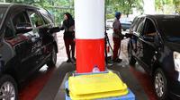Petugas mengisi bahan bakar minyak (BBM) ke kendaraan di SPBU Abdul Muis, Jakarta, Jumat (2/2). Namun demikian. kenaikan inflasi masih terhitung kecil jika minyak dunia tidak mengalami lonjakan harga. (Liputan6.com/Angga Yuniar)